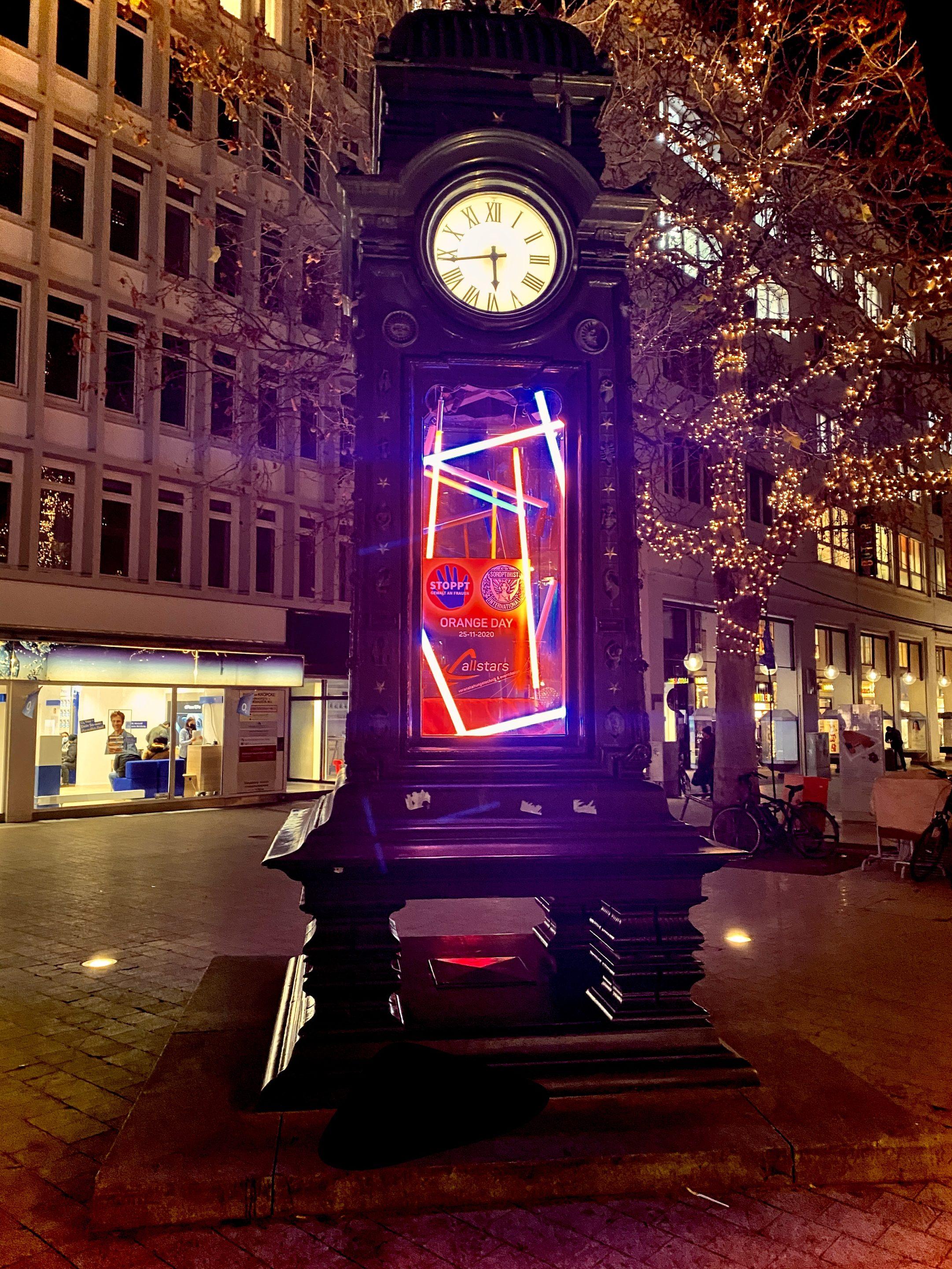 Lichtinstallation an der Kröpcke Uhr